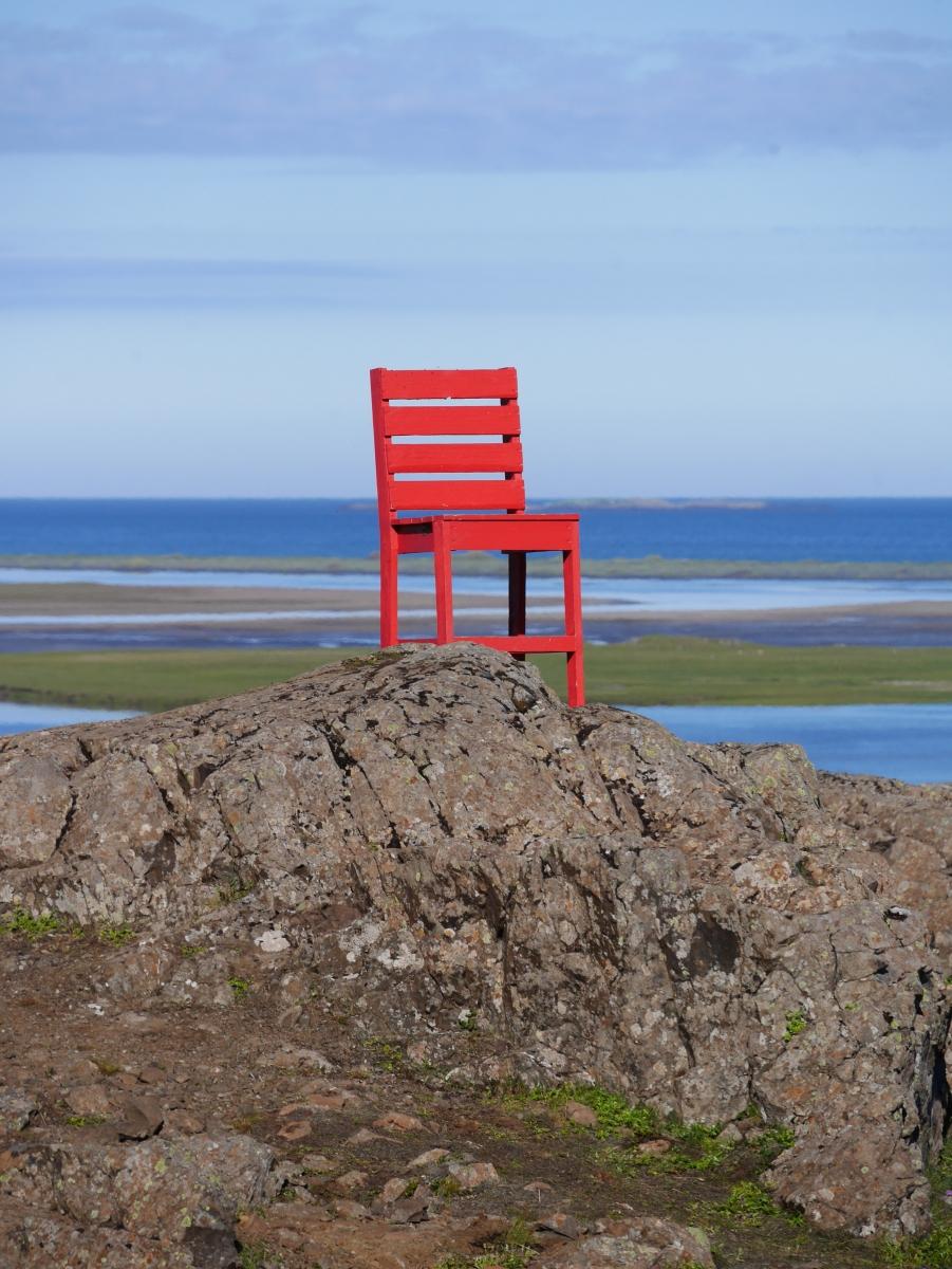 Auch das gehört zum isländischen Humor: Ein überdimensionierter, knallroter Stuhl irgendwo in der Landschaft.