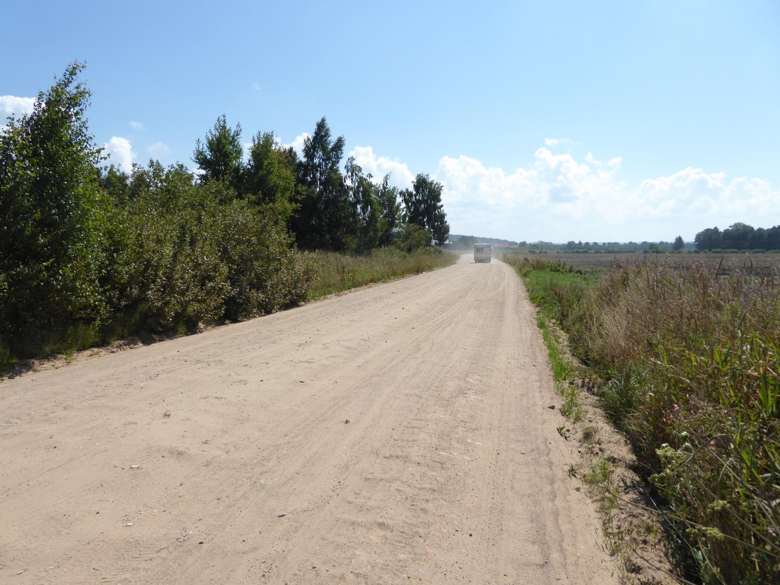 Dieser Weg hatte es insofern in sich, da er zu einem Campingplatz führte und regelmäßig Gespanne oder Campingmobile an mir vorbei fuhren und jede Menge Staub aufwirbelten.