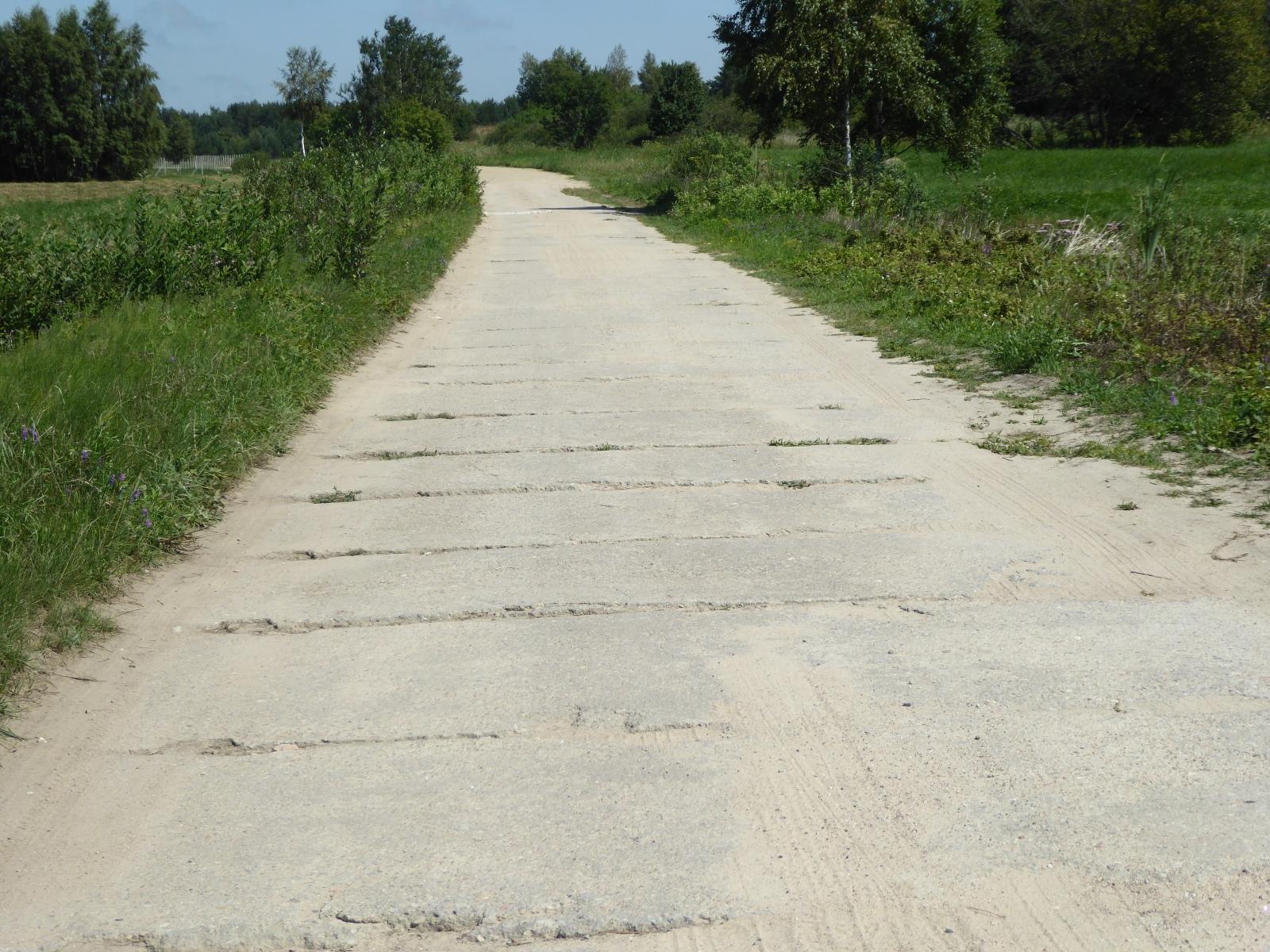 Hier noch einmal eine andere Variante von Betonplatten auf Radfahrwegen. Die Rhythmus gebende nächste Platte lag 3 m entfernt.