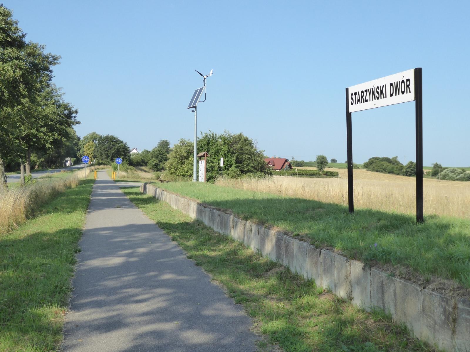 Auf der letzten Tagesetappe von Krokowa nach Hel / Danzig befuhr ich ehemalige Gleisanlagen, die zu einem komfortabelen Radweg umgebaut worden waren. Hier kann man noch eine ehemalige Station erkennen.