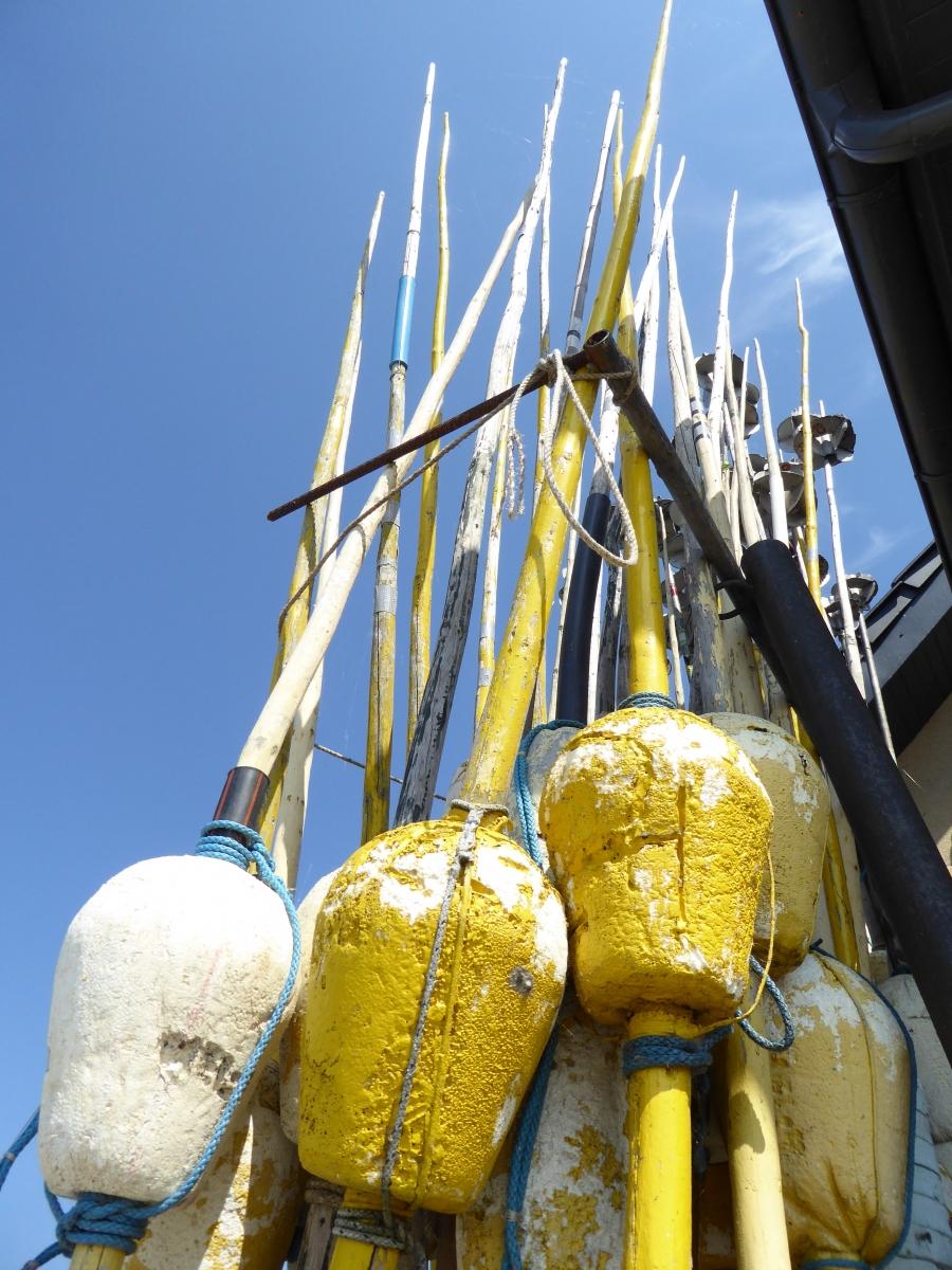 Bei einer kurzen Rast konnte ich diese Bojen fotografieren, die den Fischern zur Markierung der ausgeworfenen  Netze dienen.