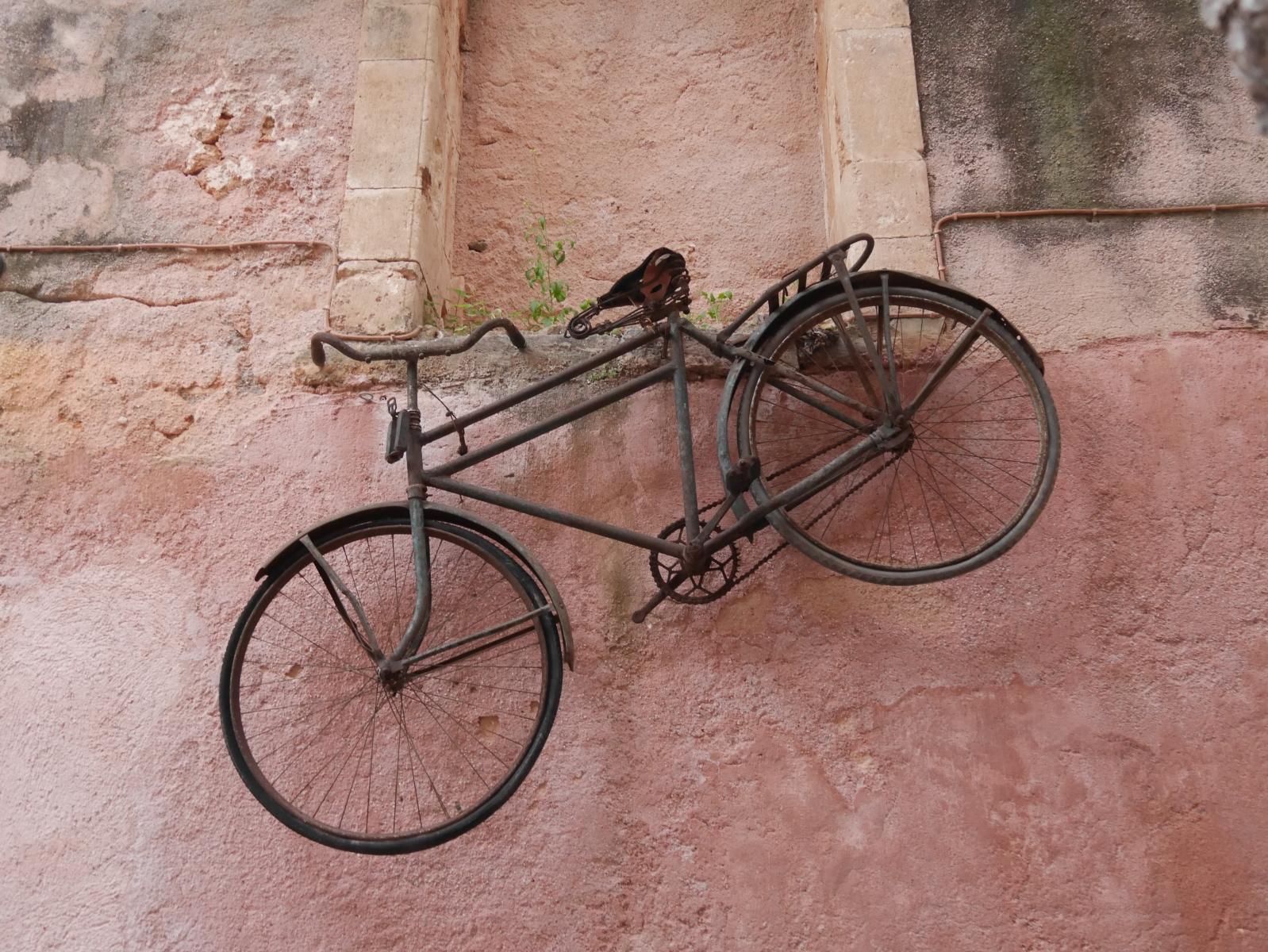Ein Fahrrad als Blickfang in einem Restaurant in der Altstadt.