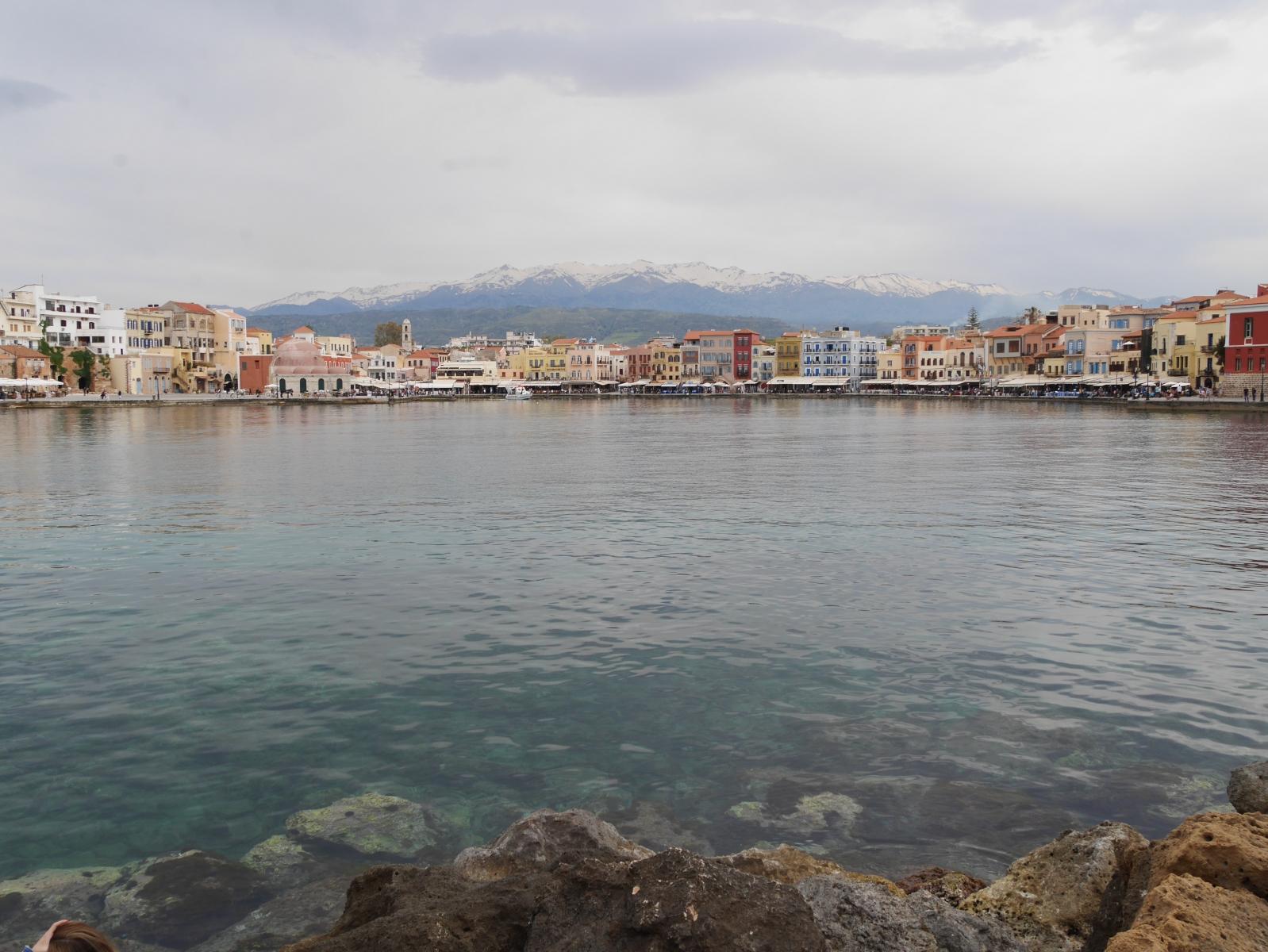 Blick auf die Altstadt Rethymno von der schützenden Kaimauer aus.