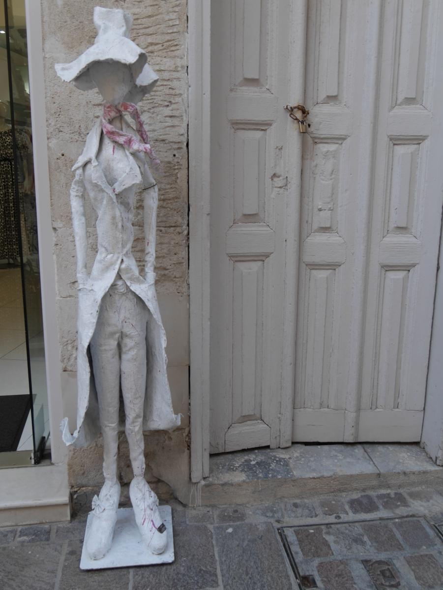 Dekorationspuppe vor einem Modegeschäft