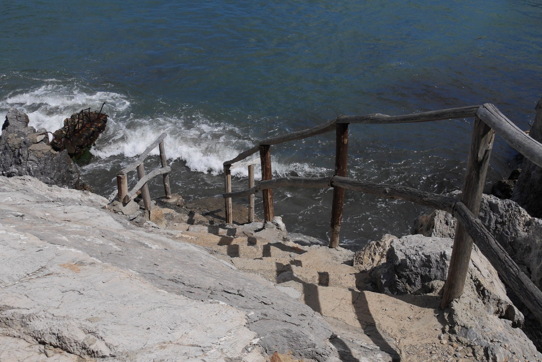Treppen zum Strand Péveli, dem Dattelpalmenstrand im Süden der Insel.