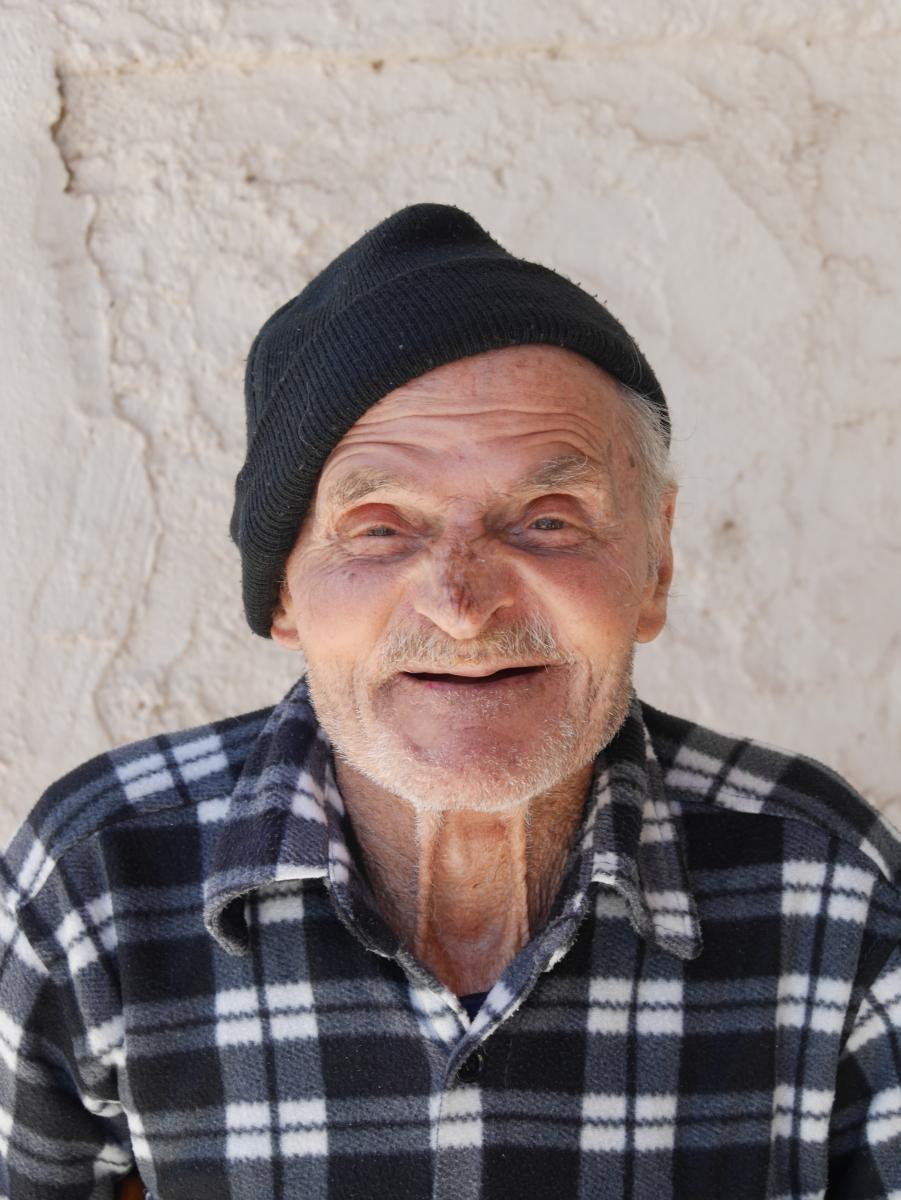 Ein freundlicher alter Grieche am Straßenrand.