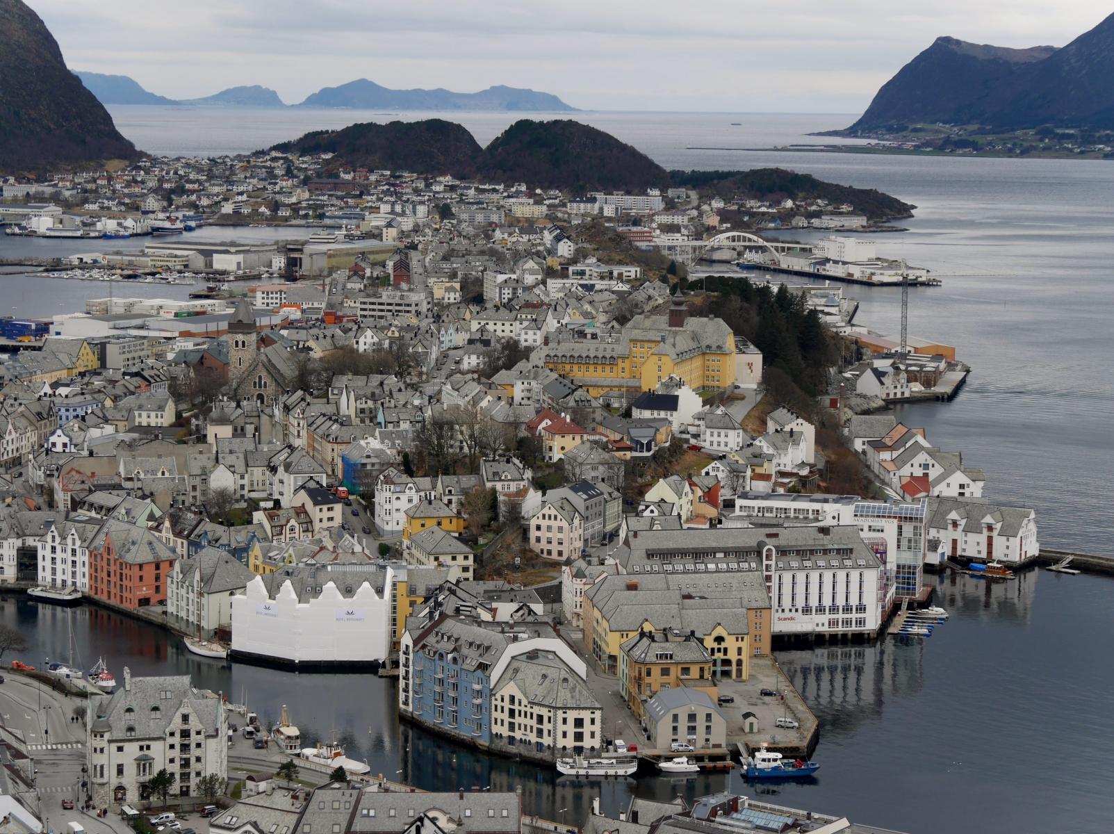Nach 418 Treppenstufen auf den 'Aksla' hat man diese wunderbare Aussicht auf die Stadt Ålesund.