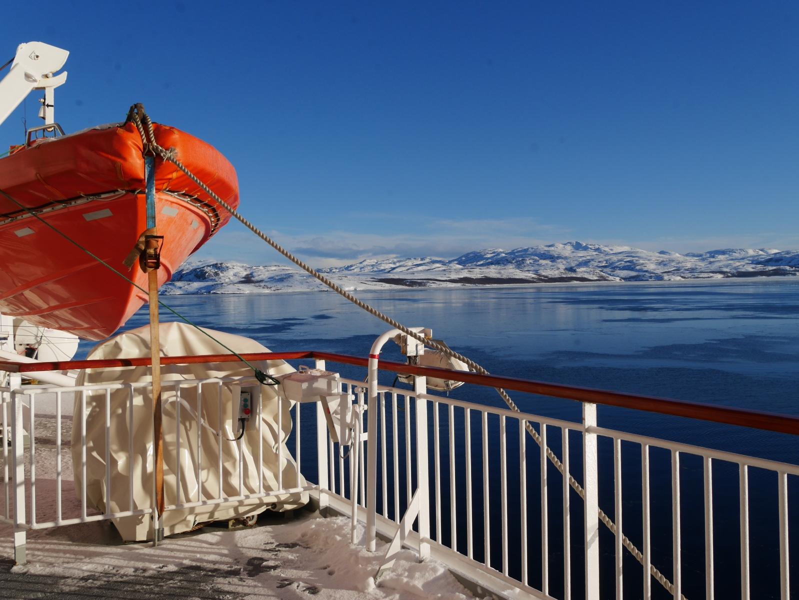 In Kirkenes, unserem östlichsten Hafen scheint die Sonne, aber es ist mit -15° recht kalt. Die Sonne zaubert leuchtende Kontraste und herrliche Farben hervor.