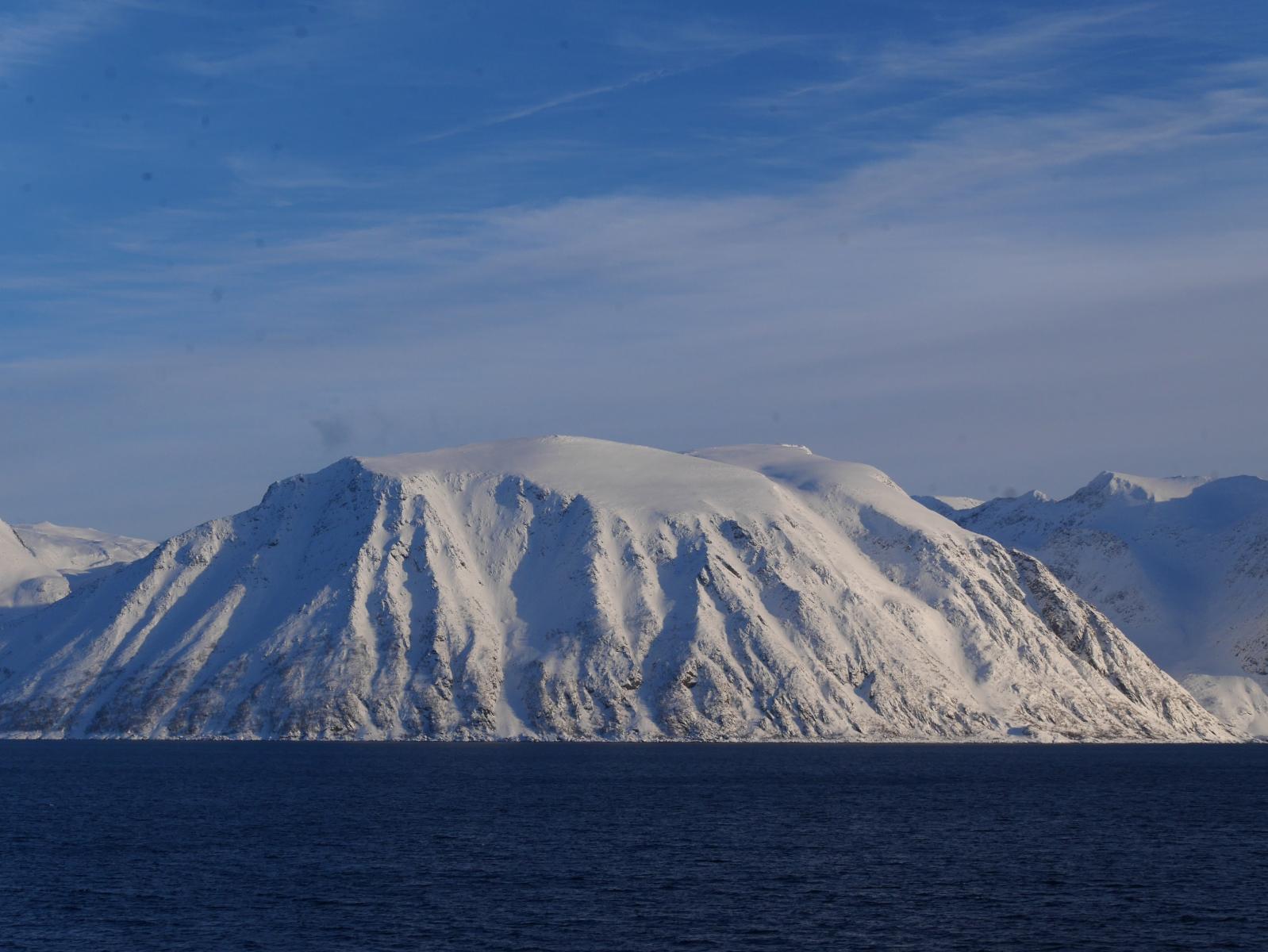 Schneebedeckte Berge bei der Ausfahrt von Hammerfest.