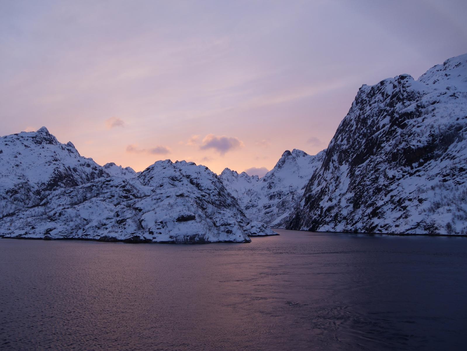 Ein betörende Sonnenuntergang am Eingang des Sagen umwogenen Trollfjordes.