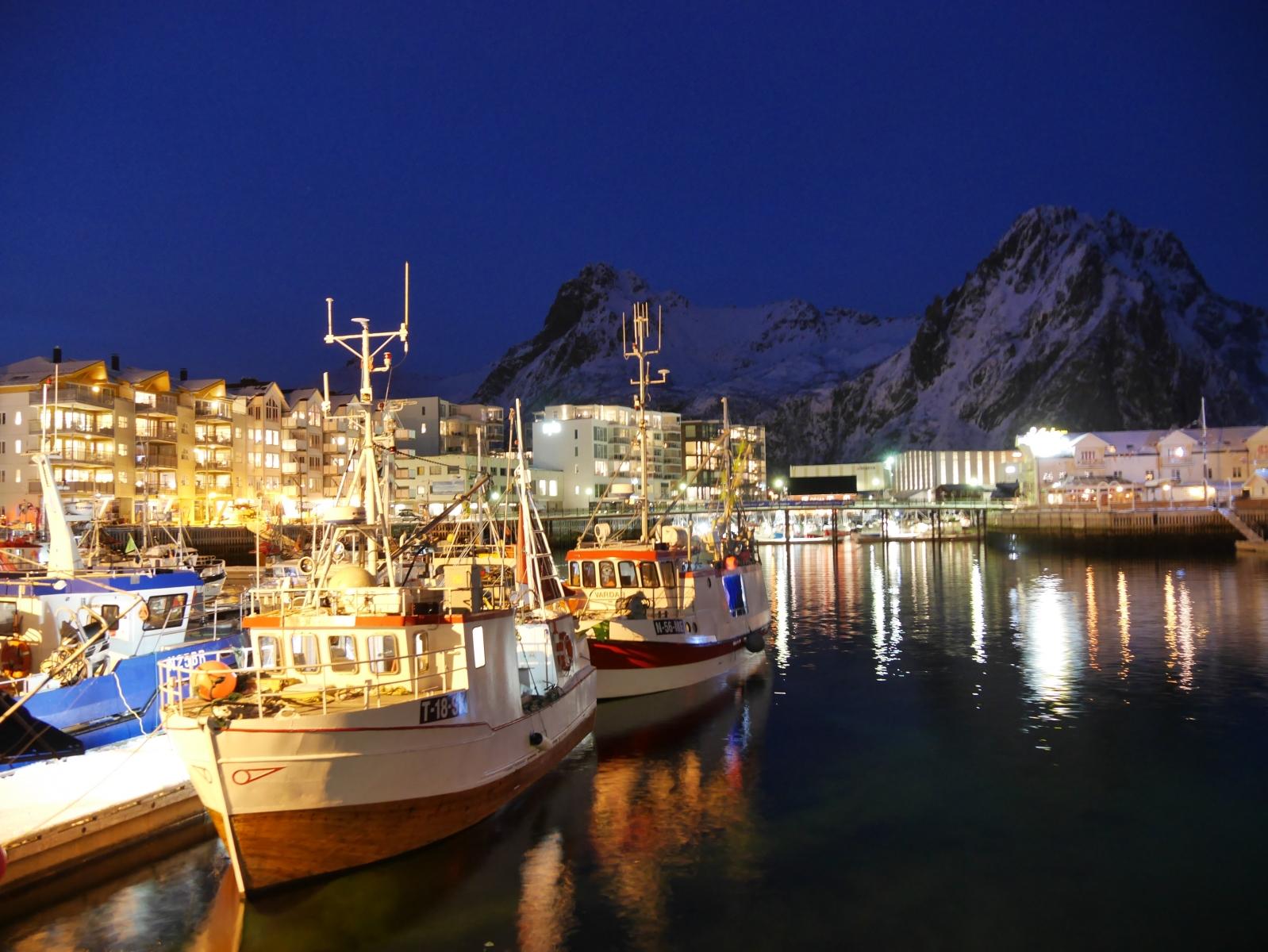 Der Hafen Svolvaer am Abend