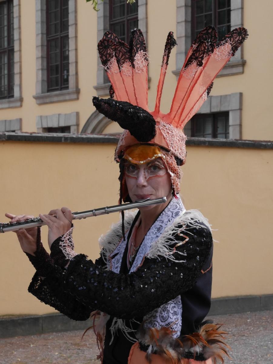 Vogelartige Figuren mit den passenden  Gewändern  und unterstützt vom Klang einer Querflöte begrüßen den Gast schon vor dem Schloss.