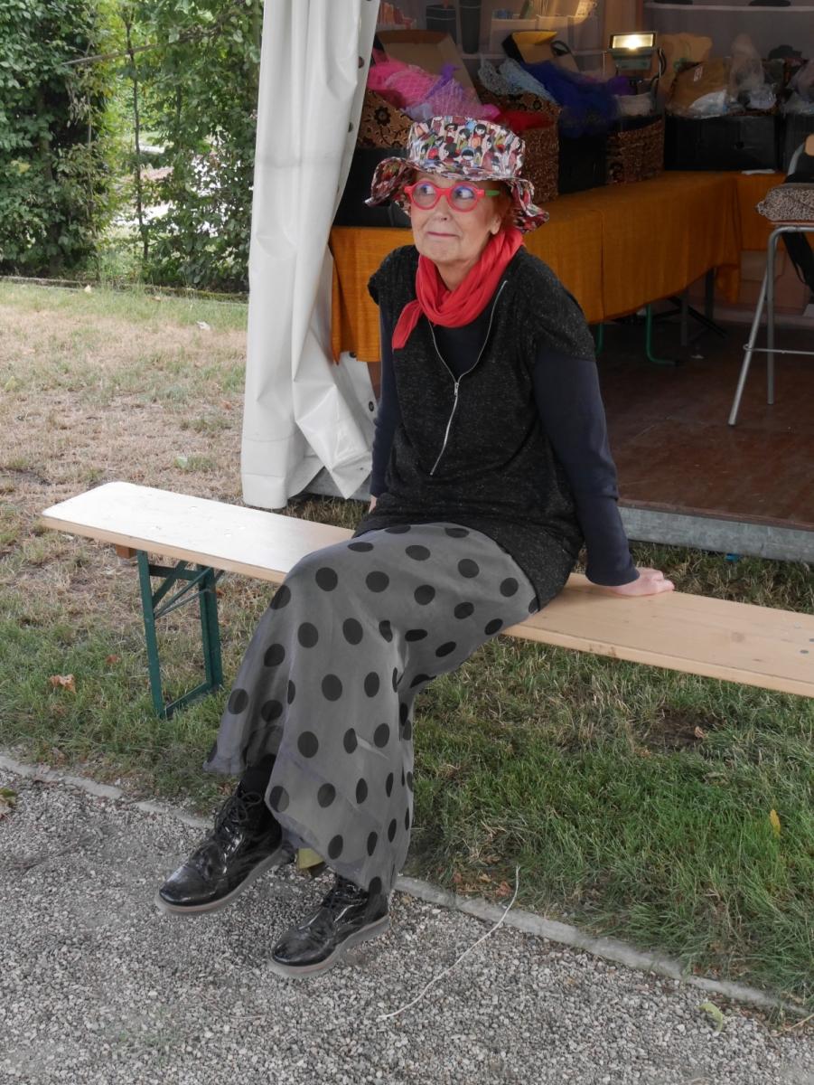 Eine Hutmacherin beglückt die - meist weiblichen - Gäste und beschenkt sie mit einer eigens für sie gestalteten Kreation.