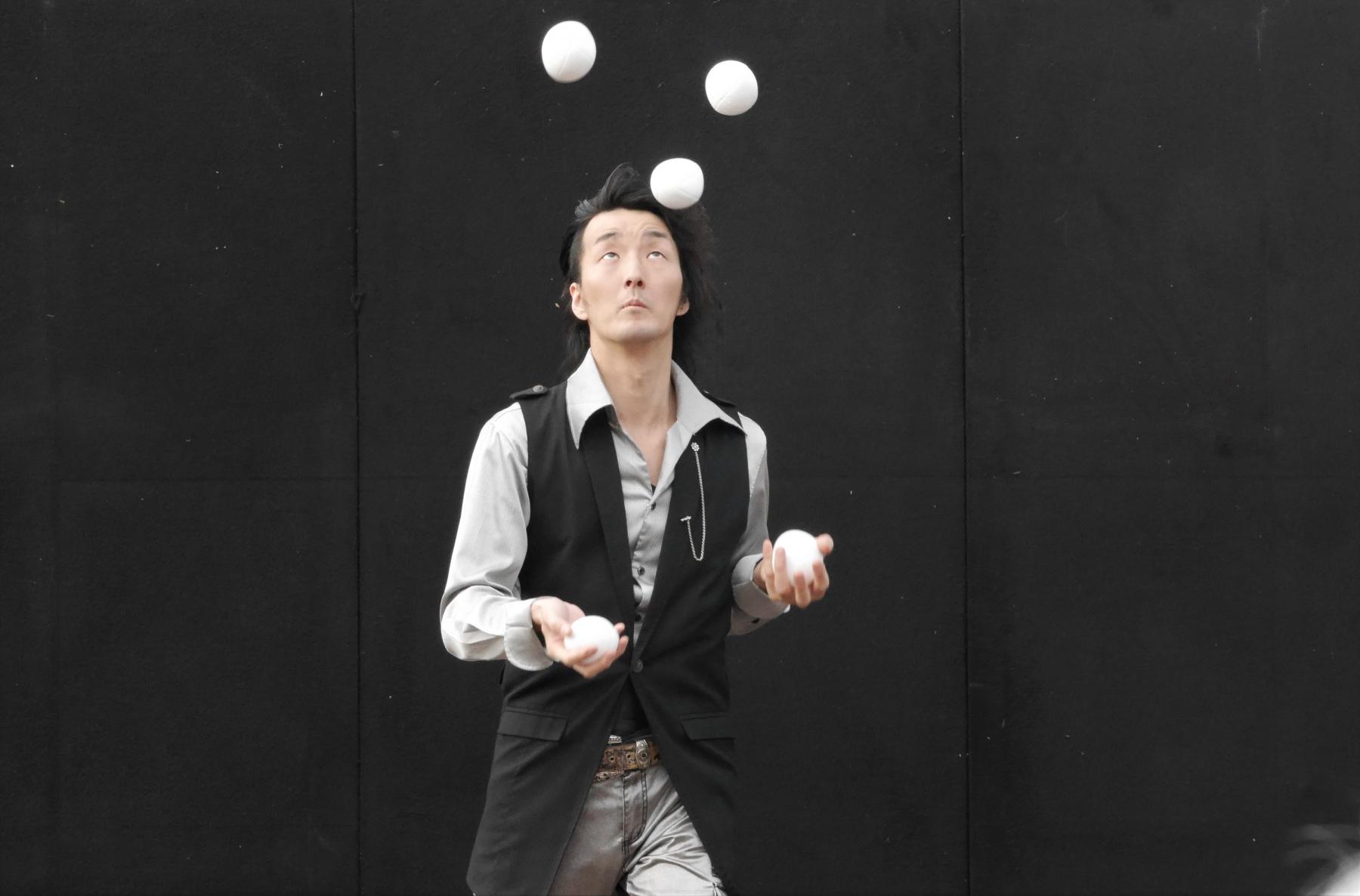 Ein japanischer Jongleur zeigt sein Können auf Bühne 2
