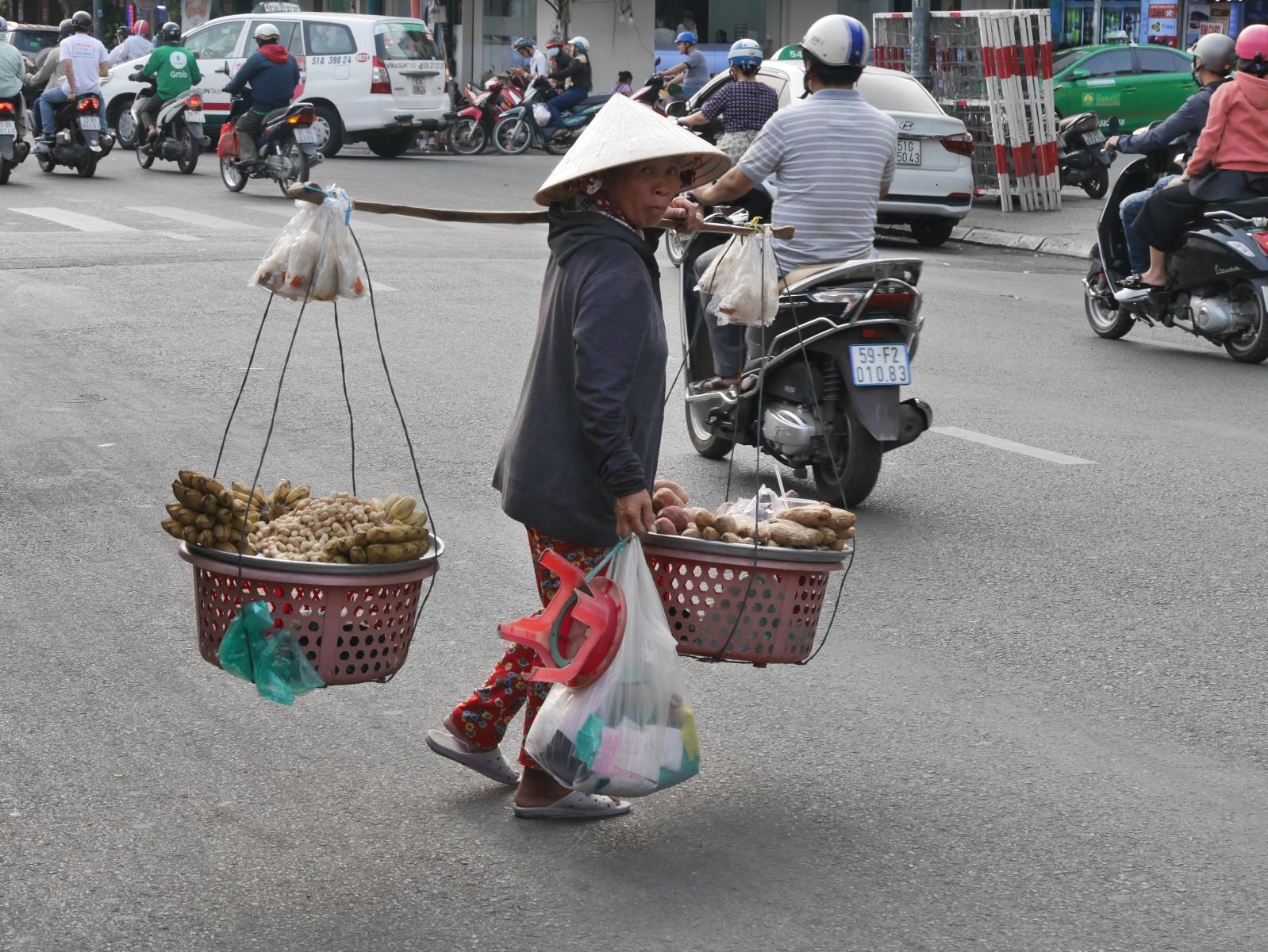 Selten, aber immer noch im Straßenbild zu sehen eine klassische Art des Lastentragens