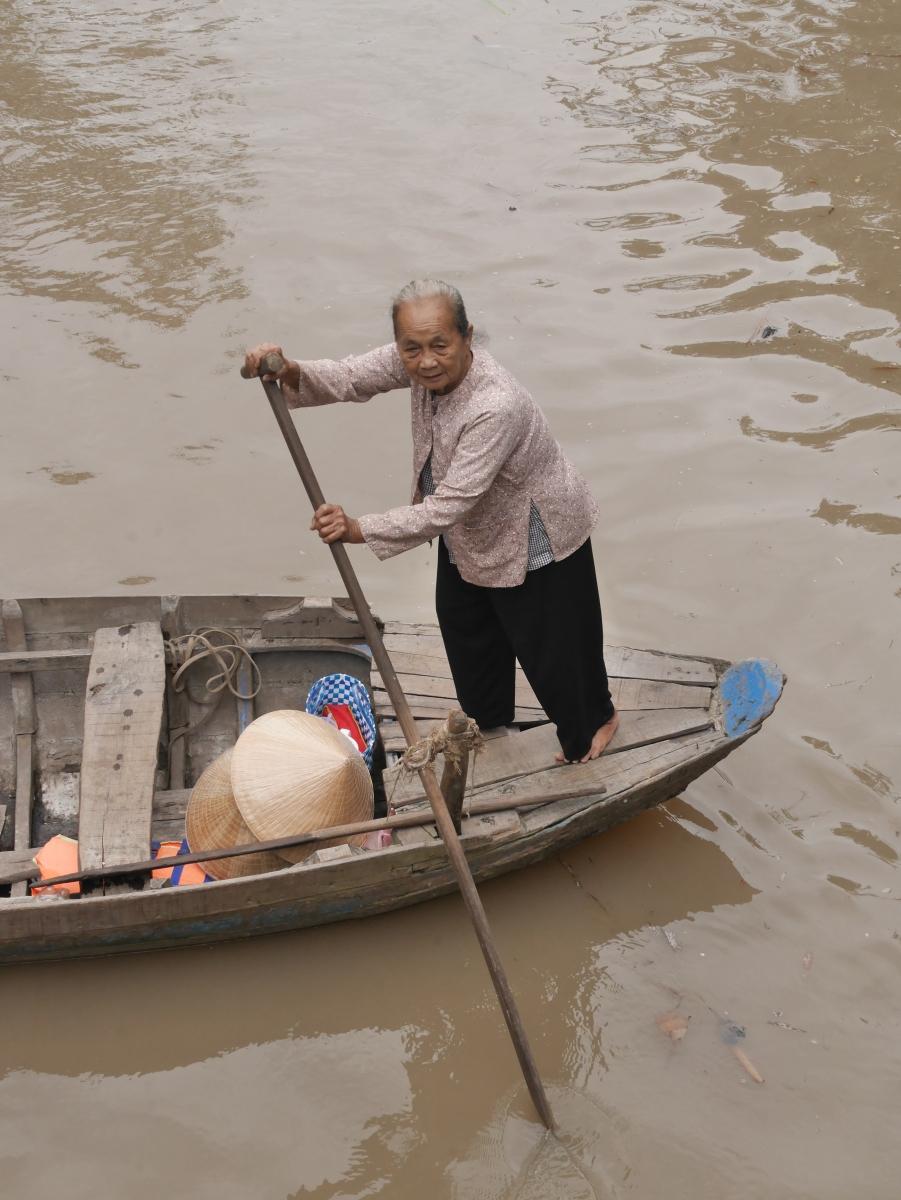 Diese 72-jährige Frau fährt regelmäßig Touristen in ihrem Boot.
