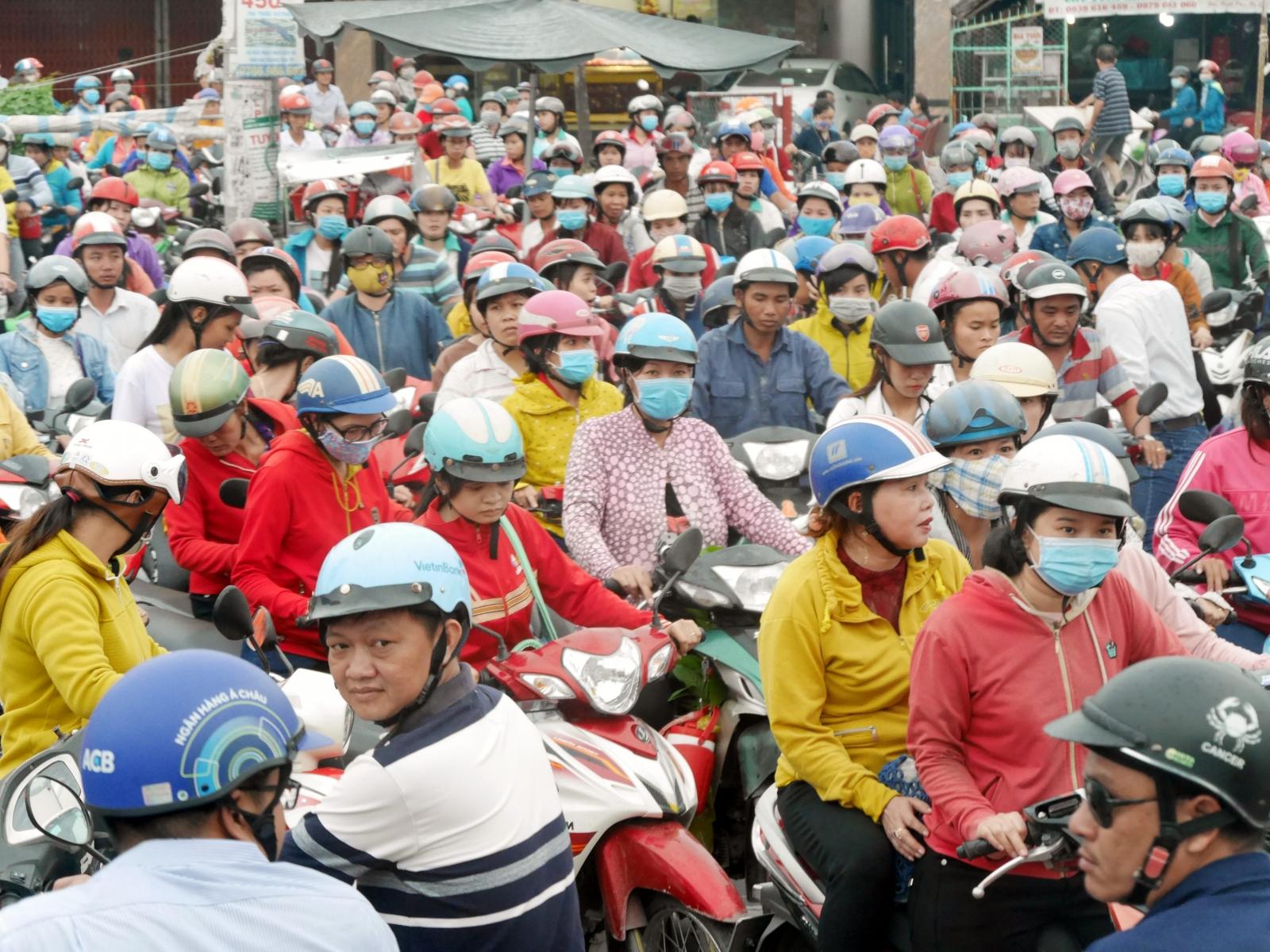 Werksschluss bei einer der vielen Textilfabriken in den Vororten von Saigon.