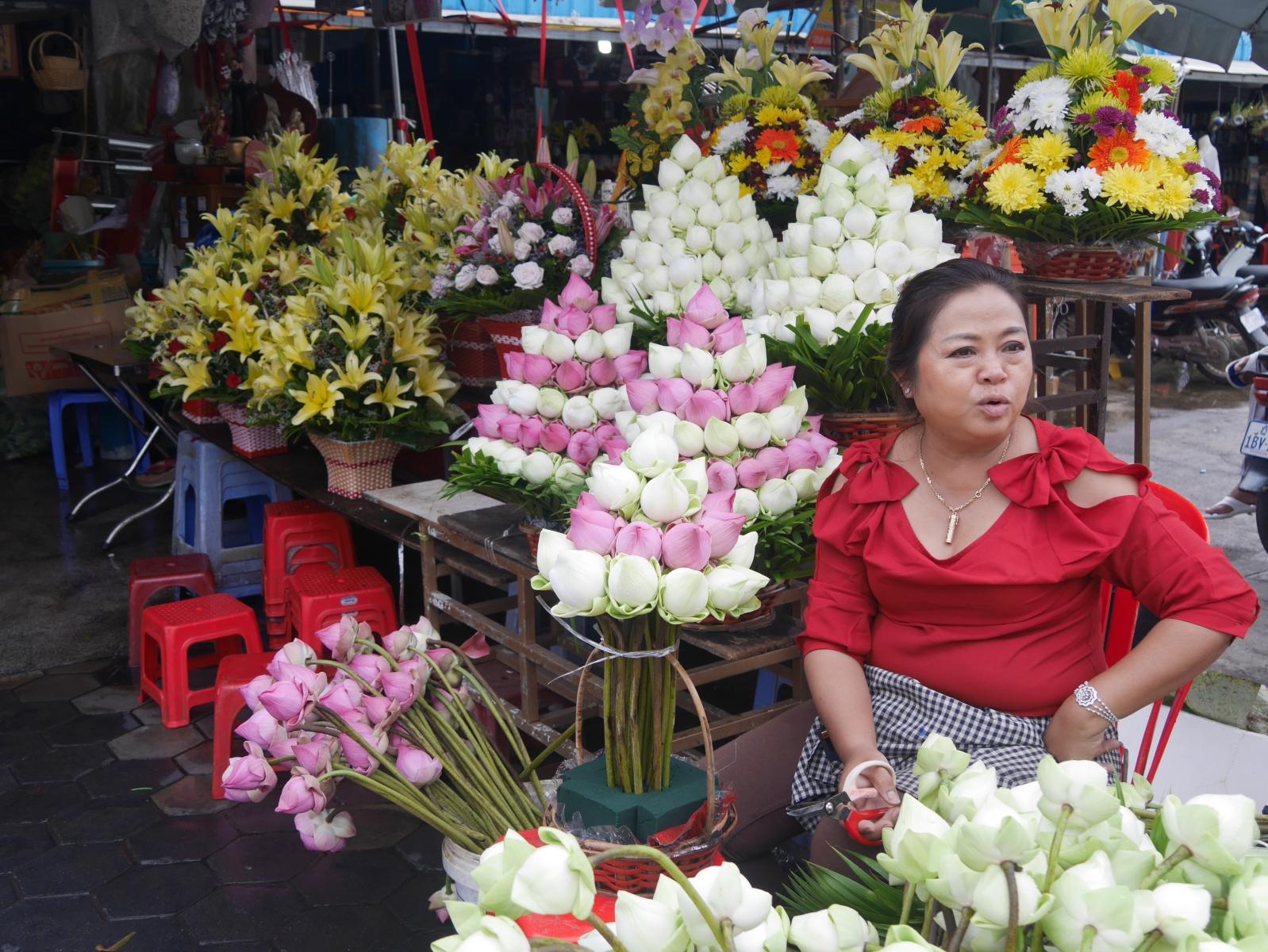 Lotosblumenverkäuferin in der Nähe eines bekannten buddhistischen Tempels