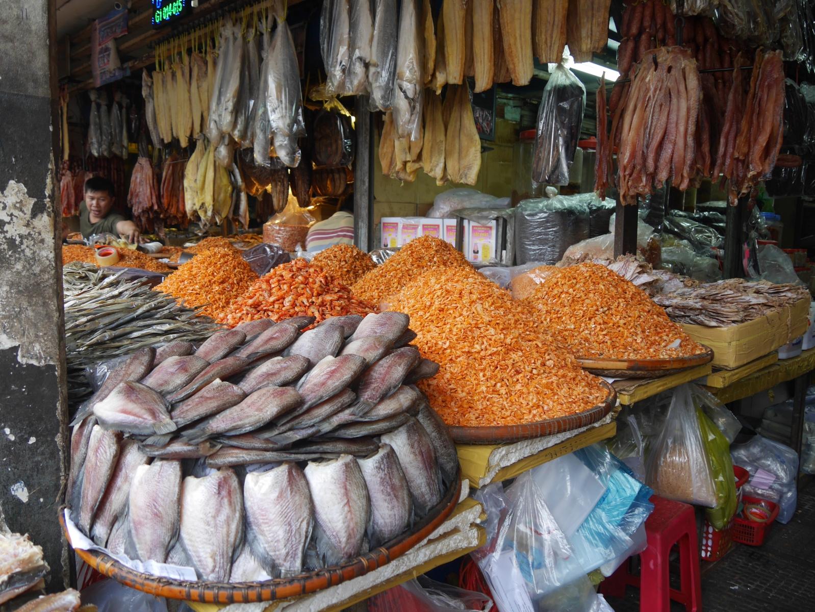 Fische , Krebse Krabben, - oftmals getrocknet - sehr intensiv im Geschmack wurden auf den Ständen liebevoll angerichtet.