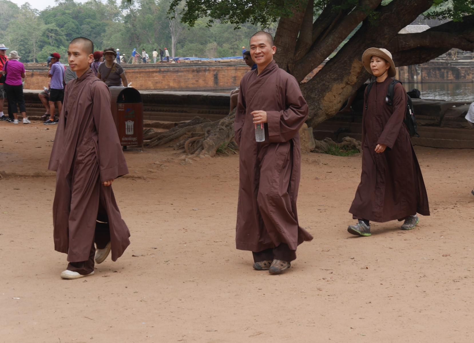 Drei Mönche in Angkor