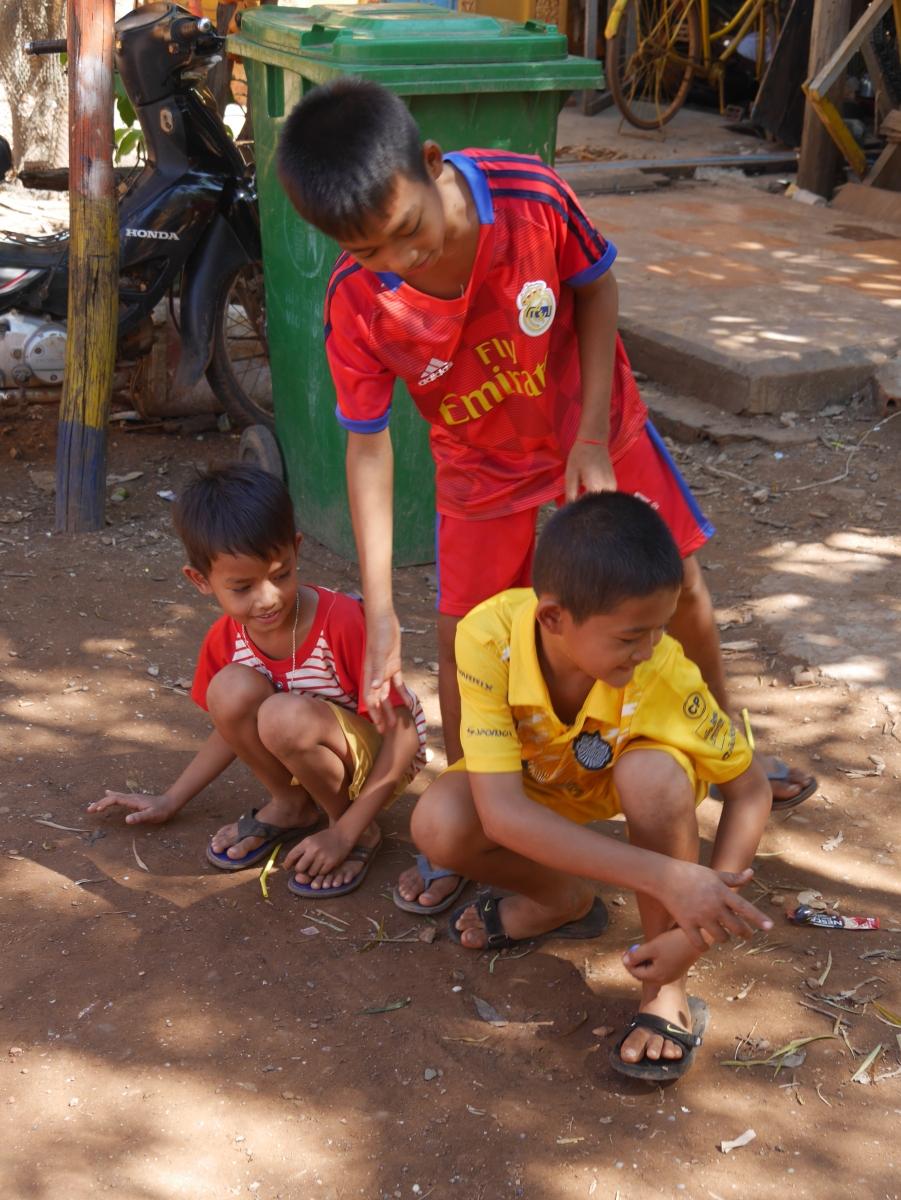Diese Kinder waren ganz in ihrem Murmelspiel und ließen sich nicht von mir beeindrucken.