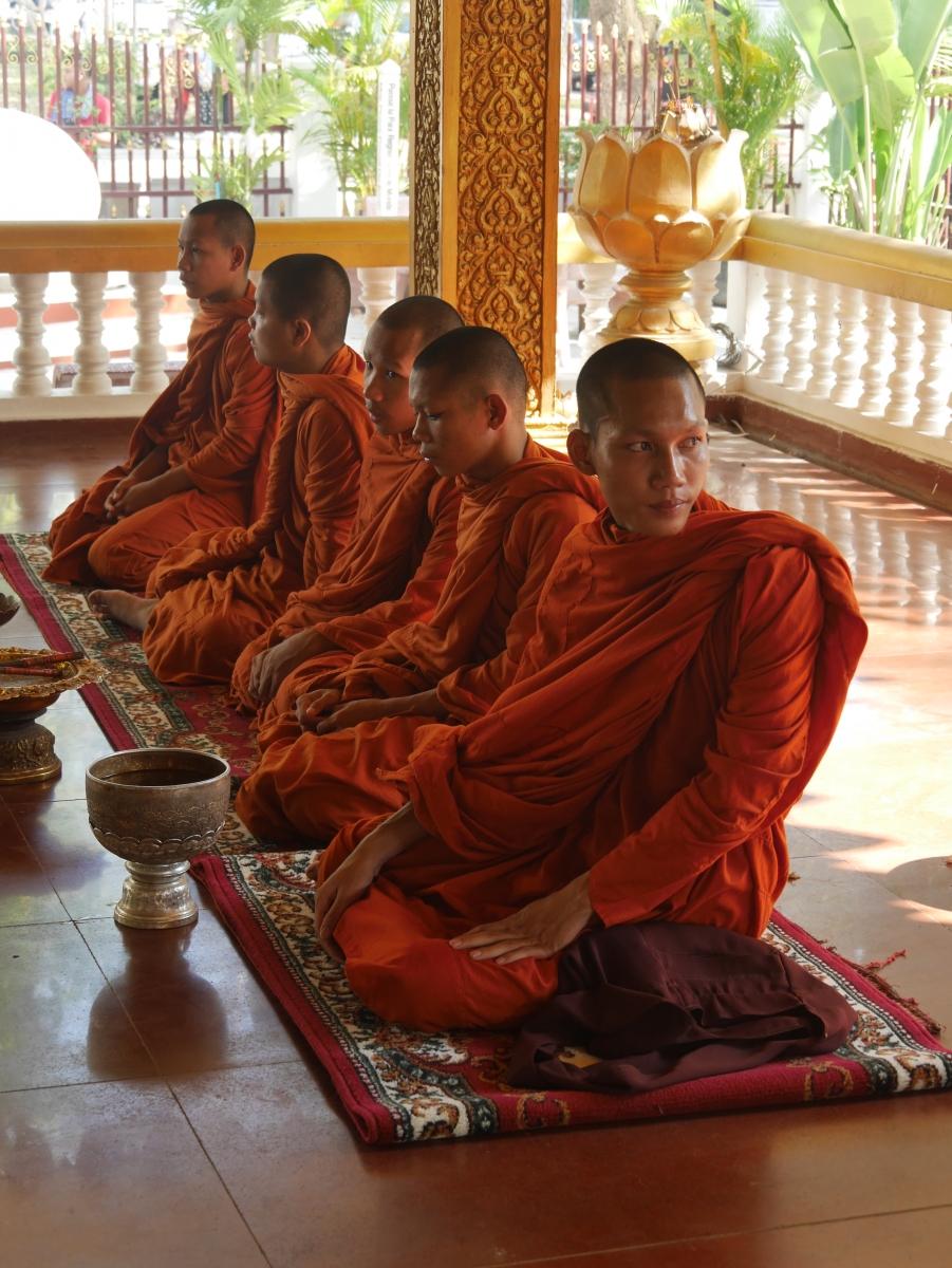 Bettelmönche vor einem Tempel