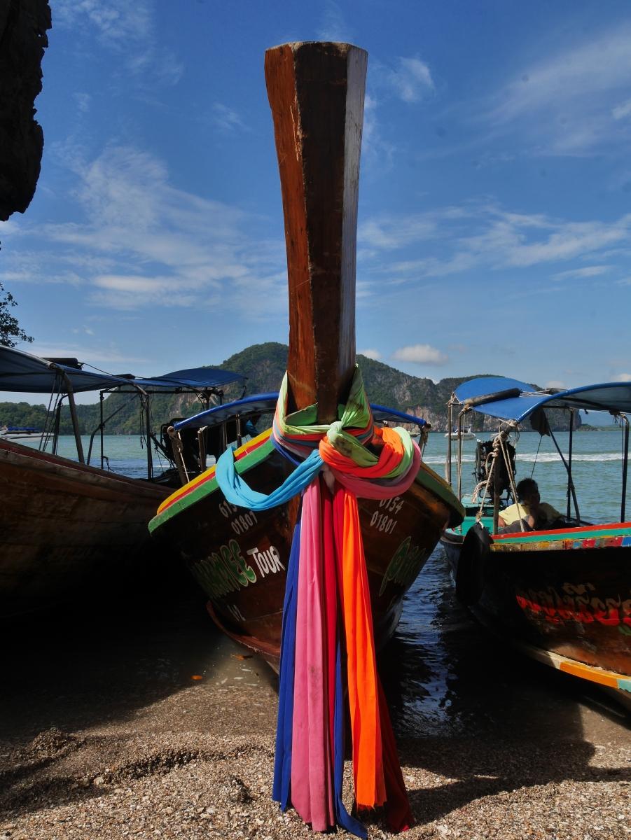 Diese Longboats fahren die Touristen u.a. zur 'James Bond' Insel