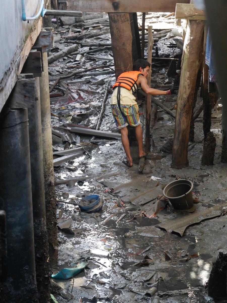Bei Ebbe findet sich jede Menge Müll unterhalb der Stelzenhäuser