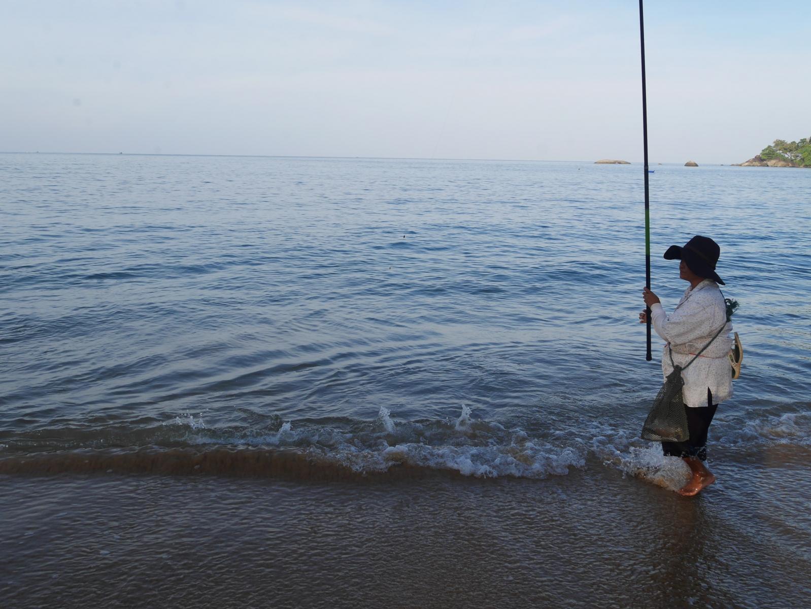 Thailänderin morgens beim Angeln